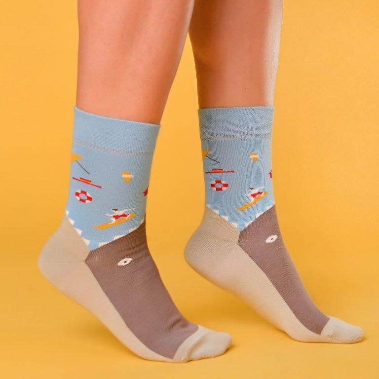 Kék-szürke zokni ami egy cápát formáz lábon