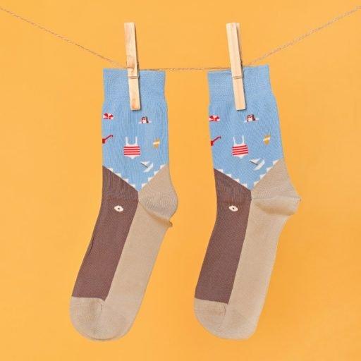 Kék-szürke zokni ami egy cápát formáz lógatva