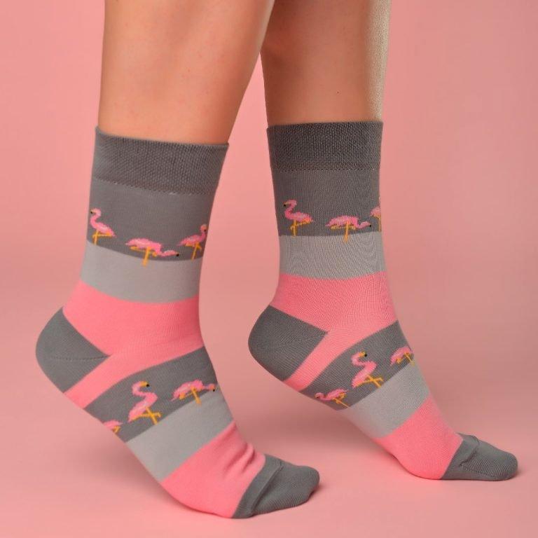 Szürke-pink zokni flamingós mintával lábon
