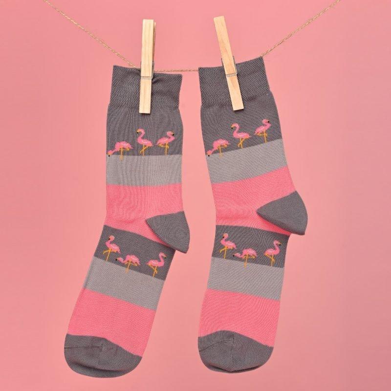 Szürke-pink zokni flamingós mintával lógatva