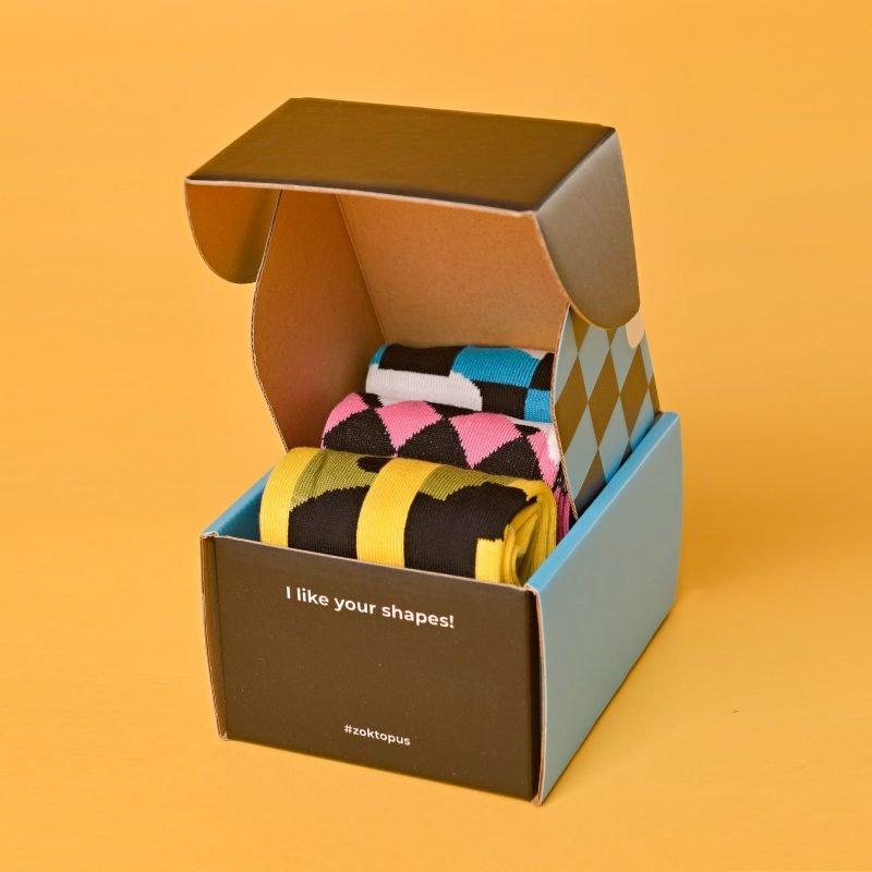 Geometriai box benne pink, kék és sárga geometriai zoknikkal