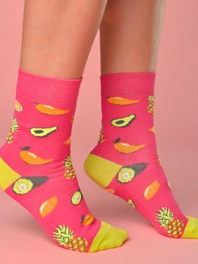 Pink-sárga zokni avokádó és ananász mintával lábon