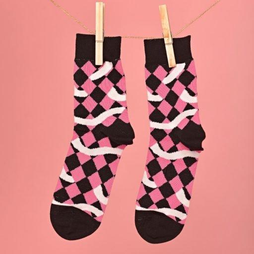 Pink-fekete-fehér zokni geometriai mintával lógatva