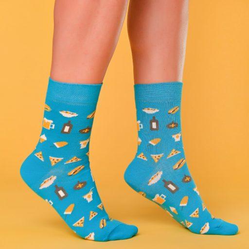 Kék zokni street food és bulis mintával lábon