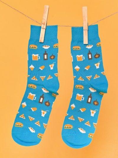 Kék zokni street food és bulis mintával lógatva