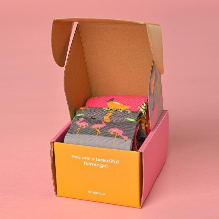 Trópusi Box benne flamingós, pálmás és gyümölcsös zoknikkal