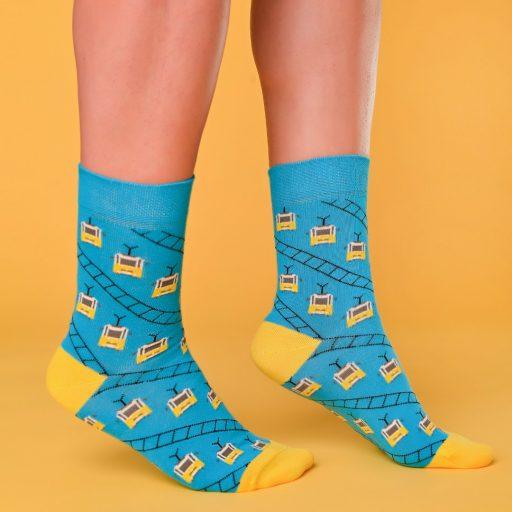 Kék-sárga zokni villamosos mintával lábon