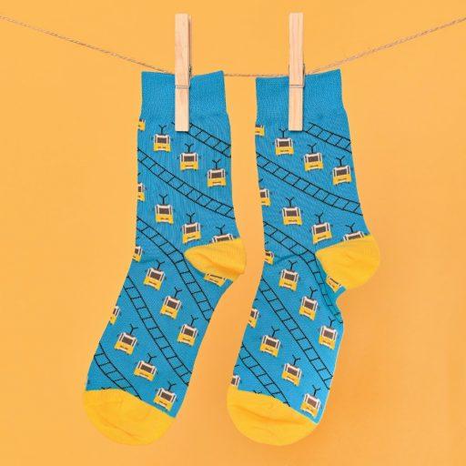 Kék-sárga zokni villamosos mintával lógatva