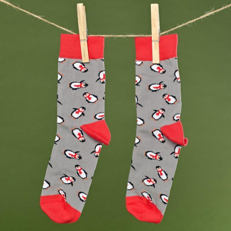 Szürke-piros zokni pingvines mintával lógatva