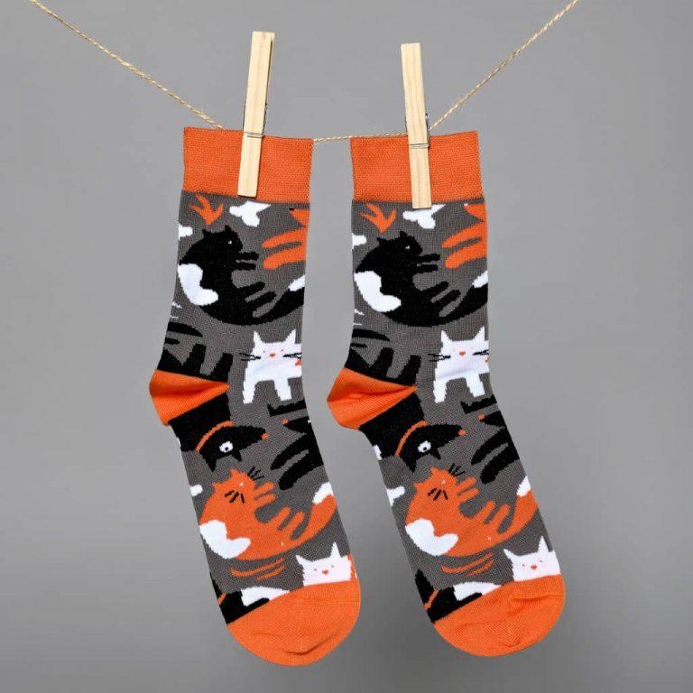 Morpheus támogatói zokni kutyás-macskás mintával, szürke-narancssárga színben lógatva