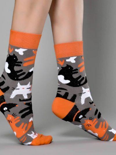 Morpheus támogatói zokni kutyás-macskás mintával, szürke-narancssárga színben lábon